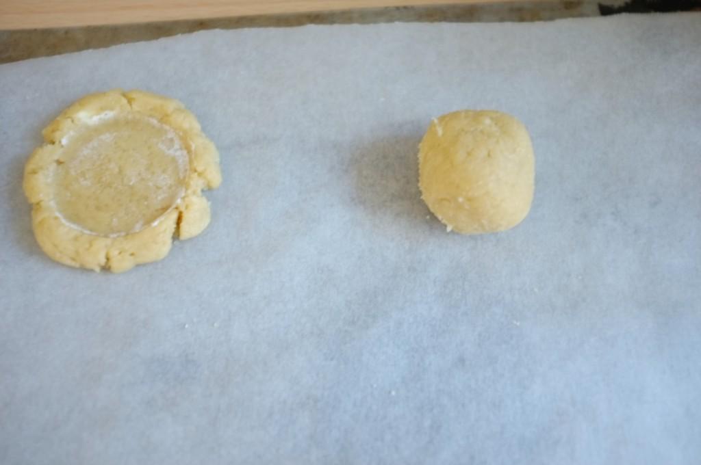 La boule de pâte sans gluten avant d'être aplatie par le fond plat du patit verre