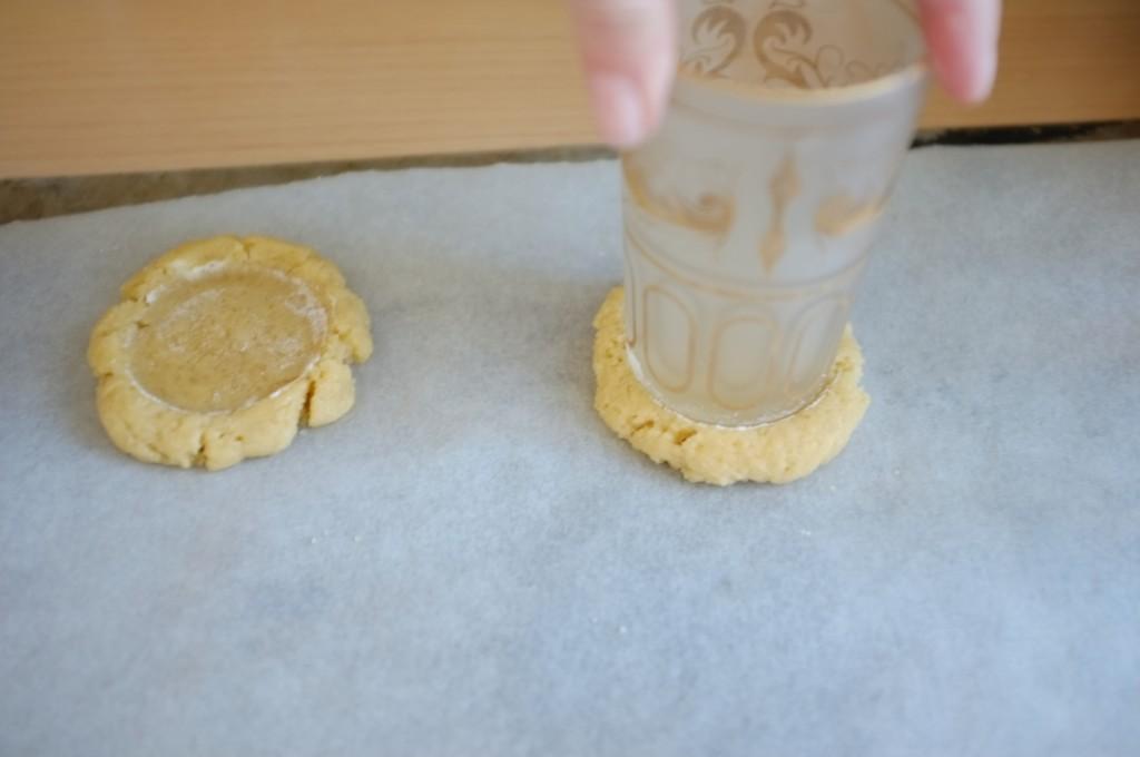 J'aplatis le centre des cookies sans gluten avec me fond plat d'un petit verre