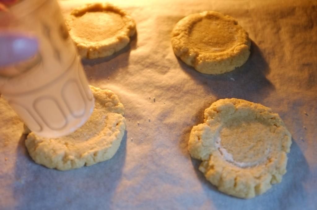 Après 1àmn de cuisson, j'ouvre la porte du four et j'aplatis de nouveau le centre de chaque cookie