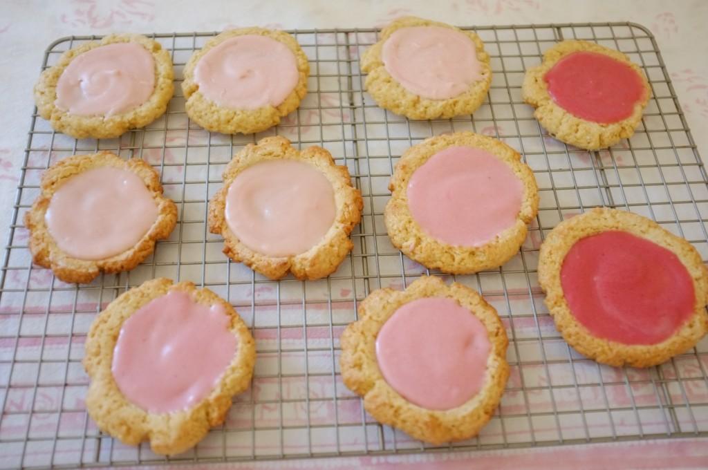 Les cookies roses sans gluten sont glaçé des trois roses différents