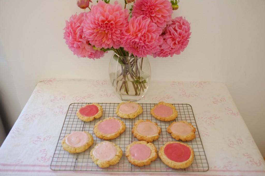 Les cookies sans gluten roses, féminin et tendre