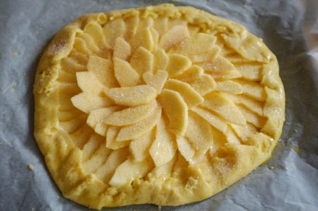 Les bords de la pâte sont refermés sur les fruits