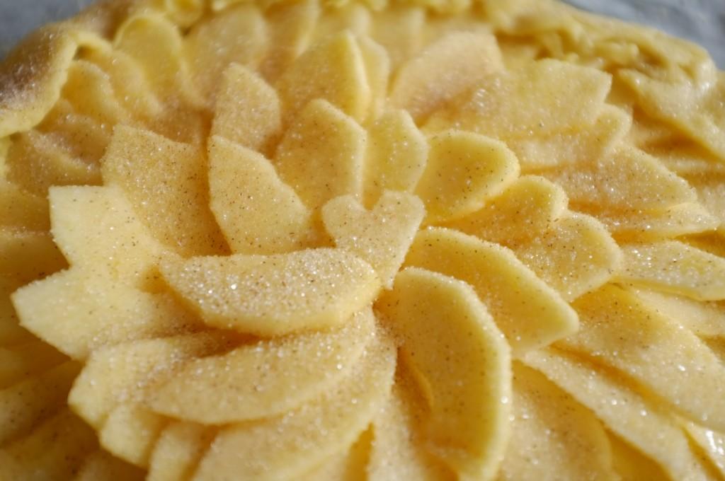 Les fruits et les bords de la tarte sont saupoudrés de sucre à la cannelle