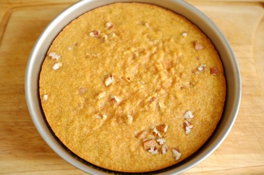 Le gâteau sans gluten carotte et orange à la sortie du four