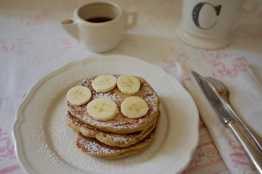les pancakes sans gluten noix de coco-banane pour le petit déjeuner