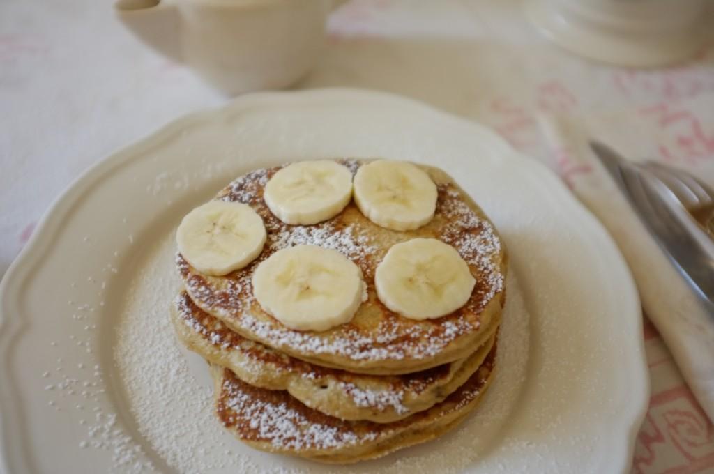 Les pancake sans gluten noix de coco-banane que j'accompagne de rondelles de banane fraiche