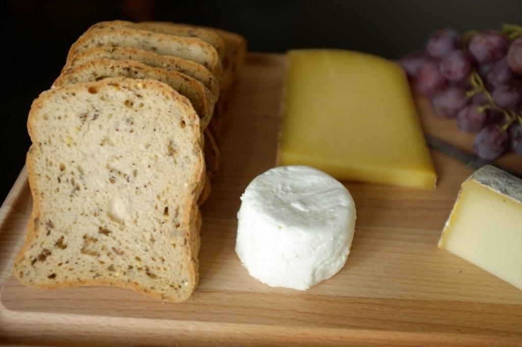 Le pain tranché sans gluten aux céréales est riche en graines variées