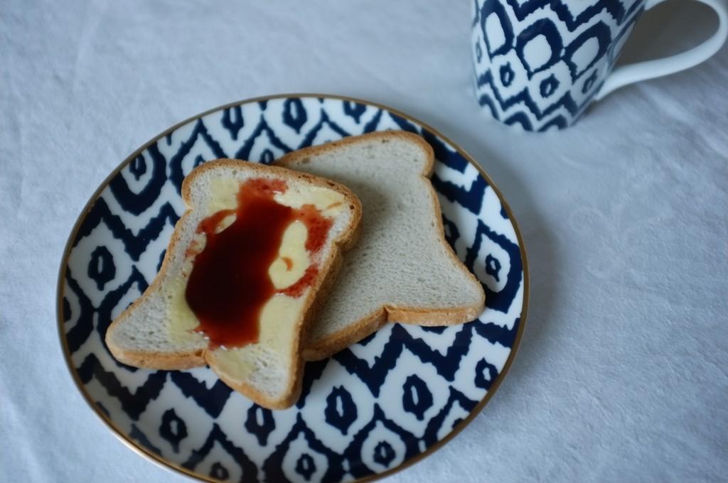 Le pain de mie tranché peu se déguster sans même être grillé...ici avec du beurre et de la gelée de cerise