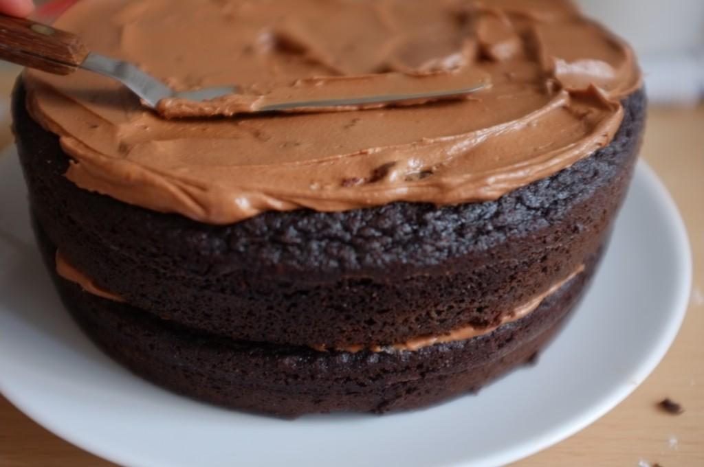 Le second gâteau est déposé sur la crème au beurre et le dessus est également recouvert de crème au beurre que j'étale avec une spatule