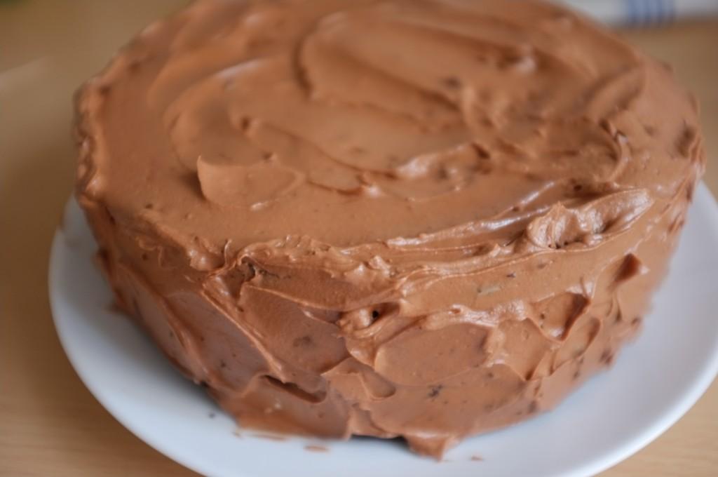 Le gâteau sans gluten deux étages au chocolat et café, completement décoré de crème au beurre.
