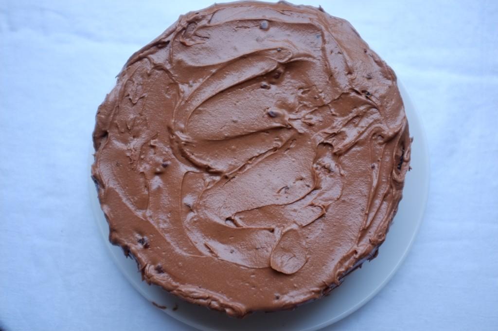 Le gâteau sans gluten deux étages au chocolat et café pour le diner d'Alexandra