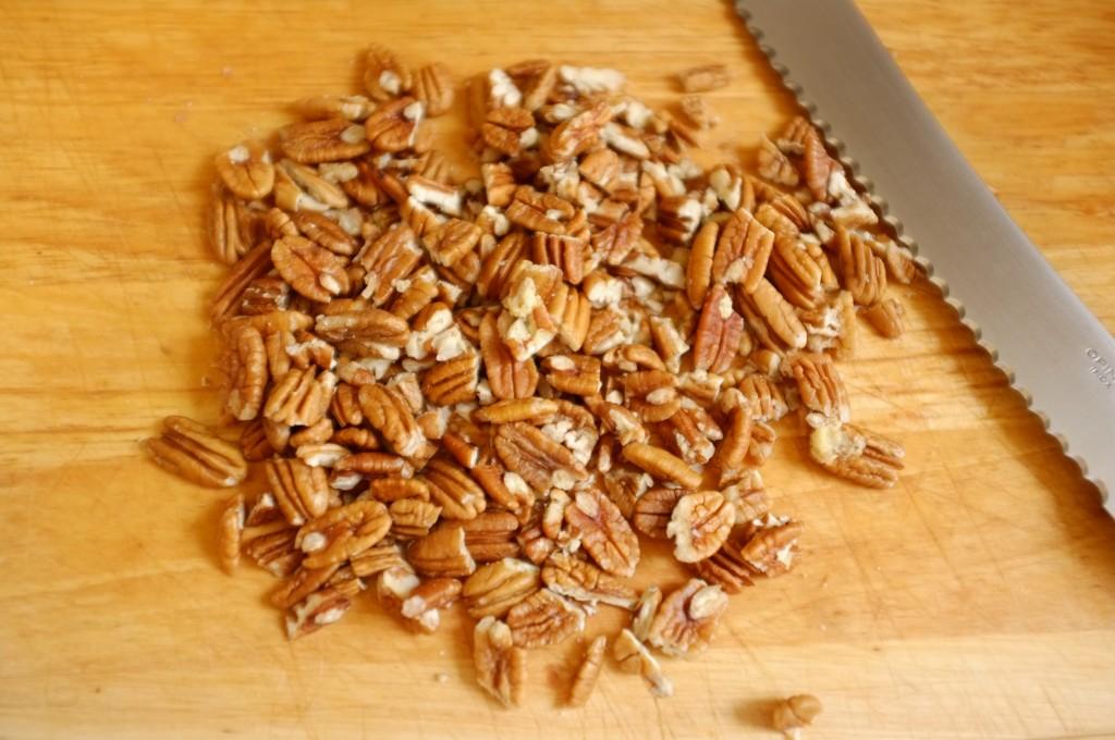 Les noix de pécan sont coupé en petits morceaux à l'aide d'un couteau à pain, cela évite qu'elles sautent partout!