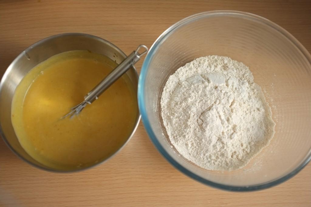 les ingrédients humides et les ingrédients secs avant d'être mélangés ensemble