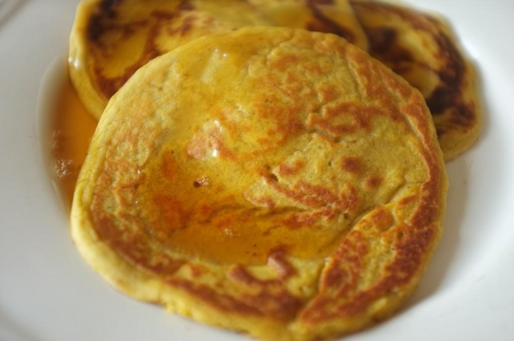 les panscakes sans glute au potiron sont arosés de sirop d'érable