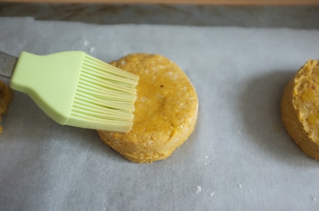 je badigeonne les scones de beurre fondu avant de les enfourner