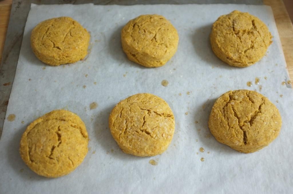les scones sans gluten au potiron et sirop d'érable à la sortie du four