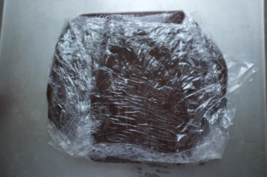 La pâte sans gluten pour les cookies des neiges est emballée dans un film fraicheur et mis 45mn au congélateur