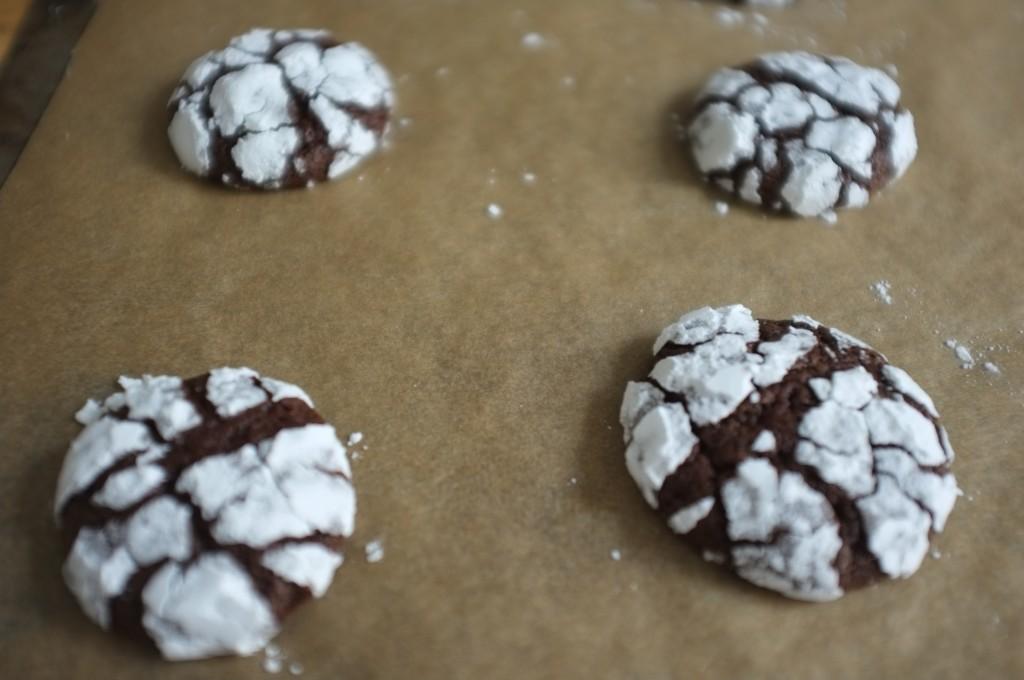 Les cookies des neiges sans gluten à la sortie du four laisse apercevoir la pâte au chocolat et café