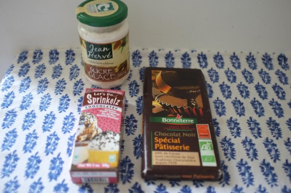 Les ingrédients sans gluten pour la décoration des biscuits Rudolphe.