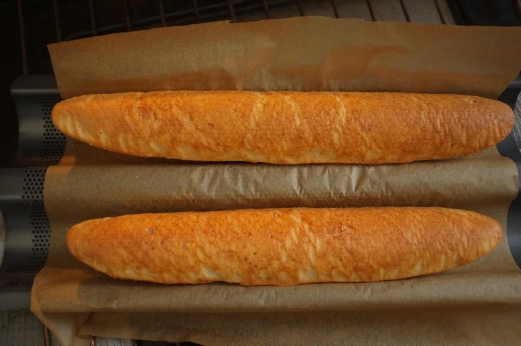 il faut cuire 5mn le dos des petites baguettes de pain sans gluten
