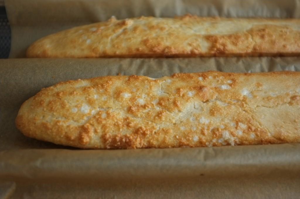 on apperçoit les grains de fleurs de sel sur la croute de la baguette sans gluten