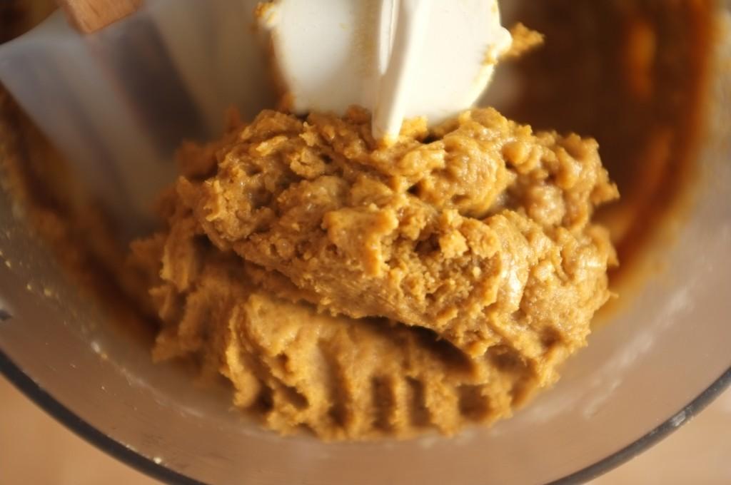 La pâte sans gluten pour les biscuits sapin sont d'une belle couleur brune grace à la mélasse