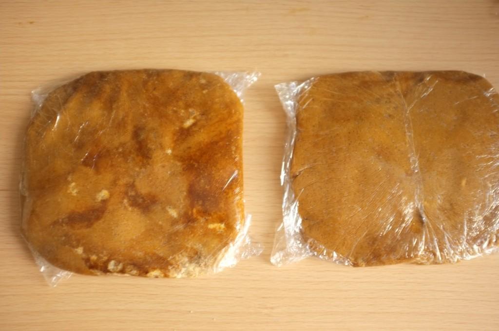 La pâte sans gluten est divisée en deux, emballée dans du film fraicheur et mise au congélateur ....mn
