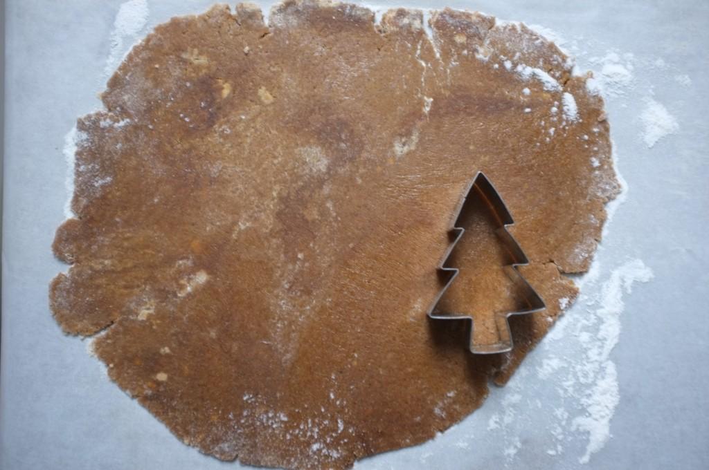 La pâte sans gluten et l'emporte pièce sapin pour couper les biscuits