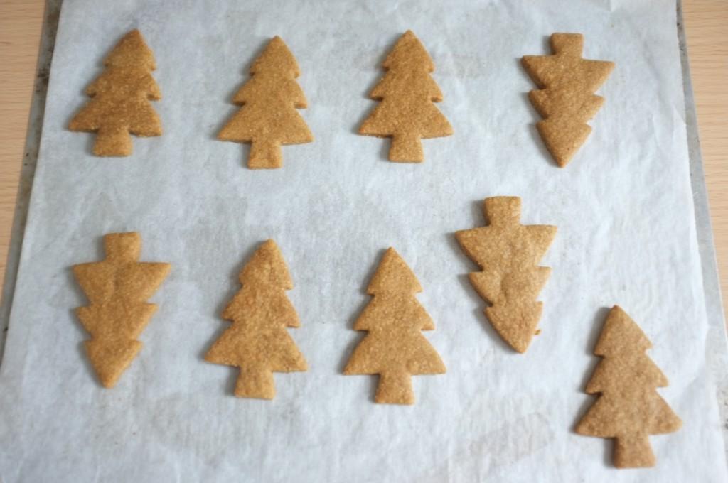 Les biscuits sans gluten sapin aux épices à la sortie du four