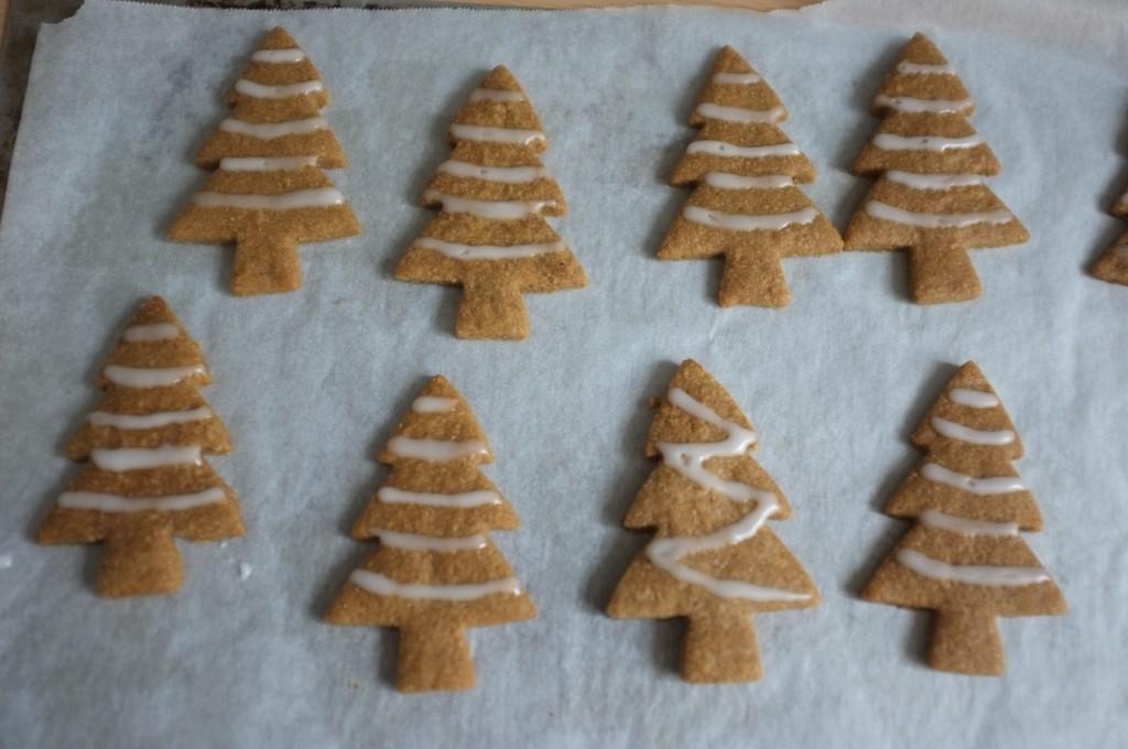Les biscuits sapin sans gluten sont décorés de guirlandes en glaçage au citron