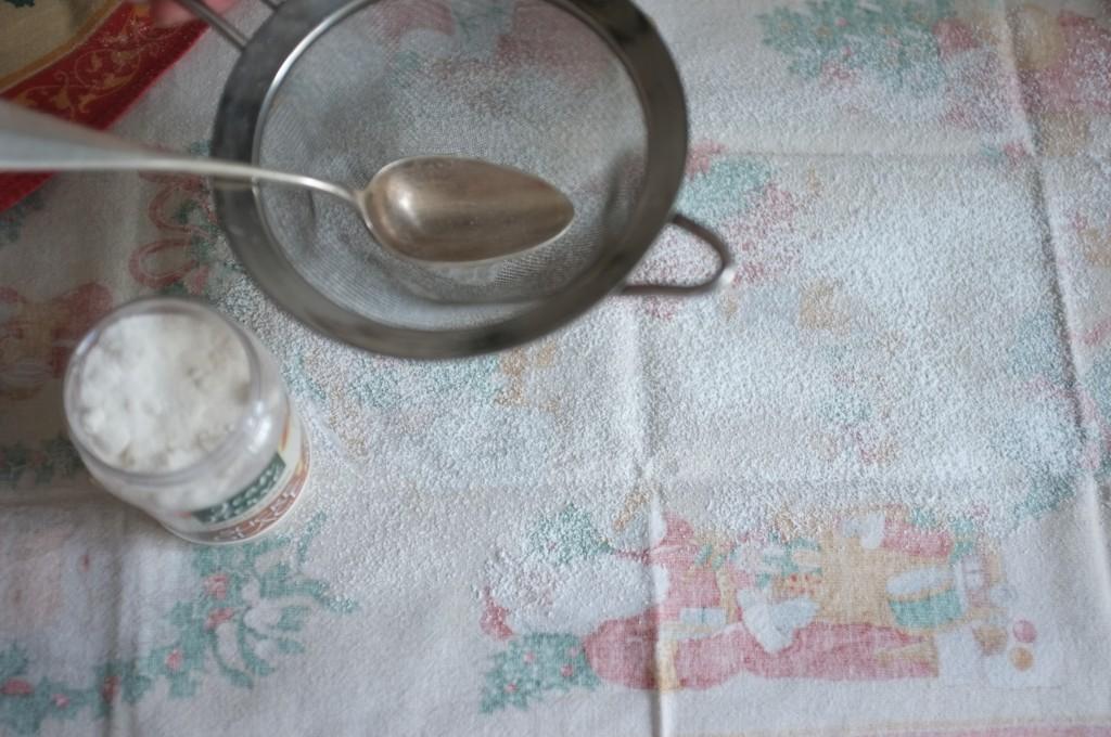 Le torchon est généreusement saupoudré de sucre glace pour éviter que le gâteau attache