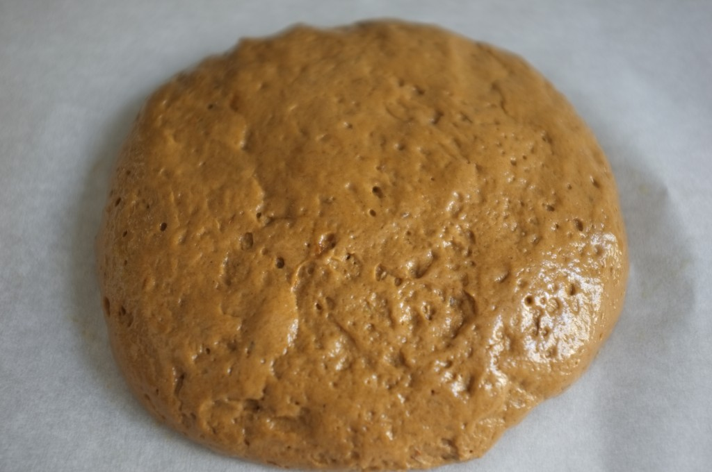 je lisse délicatement la pâte à pain en prenant soins de ne pas écraser l'air qui s'y trouve