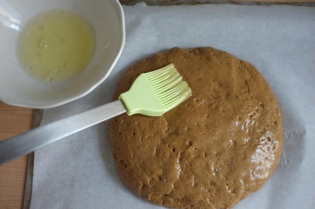 je badigeonne au blanc d'oeuf la boule de pain rustique sans gluten