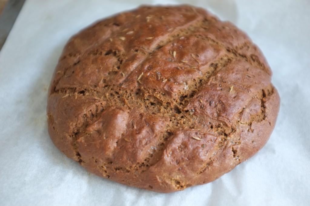 Le pain rustique sans gluten aux graines de cumin à la sortie du four