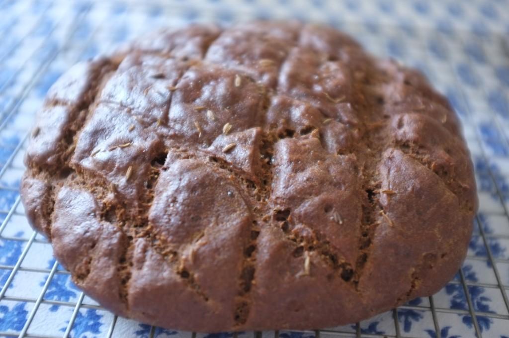 je laisse le pain sans gluten complètement refroidir avant de le trancher