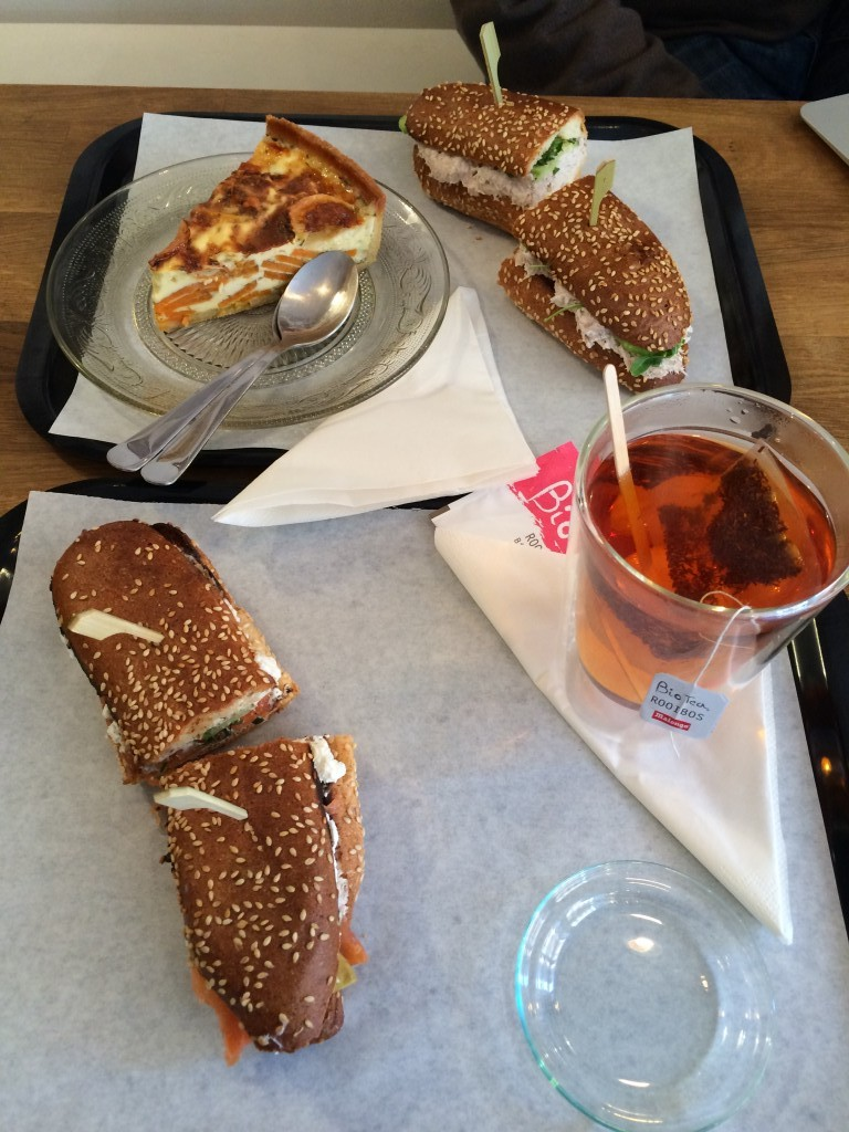 Nos plateaux : sandwich et quiche..Hum...ce soir c'est soupe à la maison.
