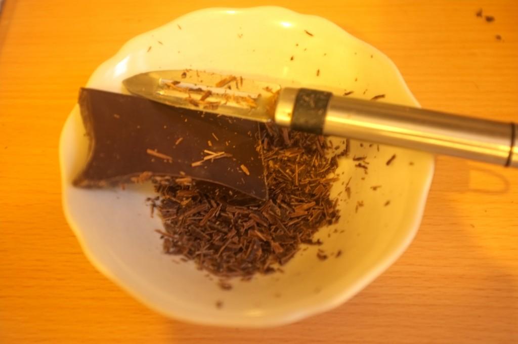 Le chocolat noir est simplement râpé avec un économe. Désolée la photo est jaune par la lumière de ma cuisine car il faisait nuit.