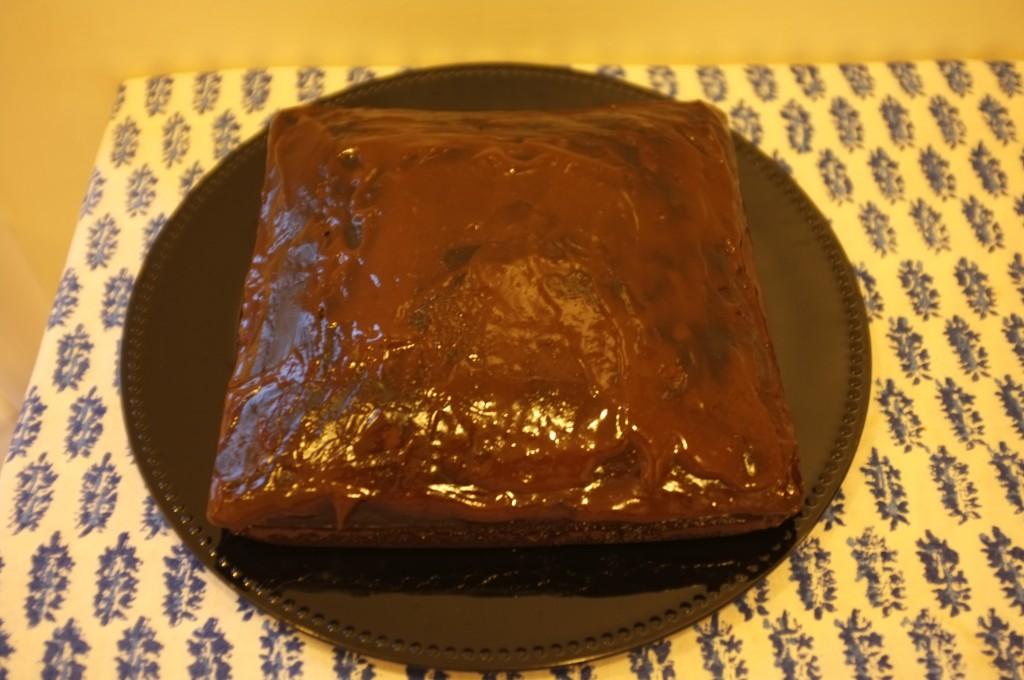 Le gâteau sans gluten chocolat café pour Damien refroidie avant d'être recouvert de crème fouettée. La photo est encore jaune car dans ma cuisine de nuit.