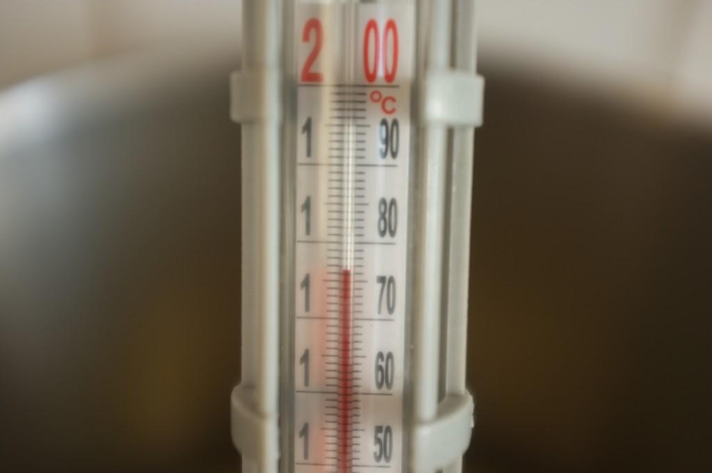 Pour assuré que la température de l'huile soit bonne, j'y trempe mon thermomètre à bonbon.