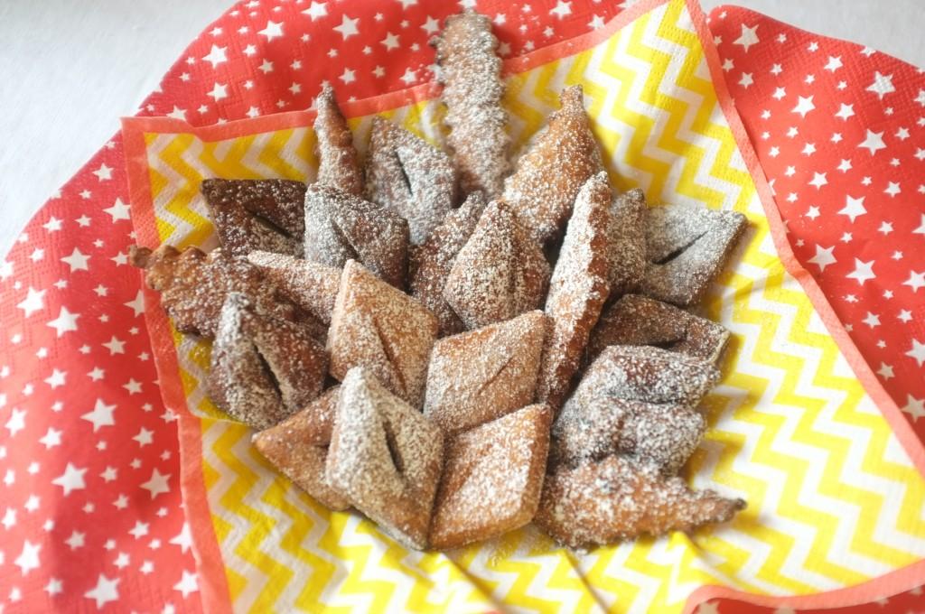Les merveilles sans gluten sont saupoudrées de sucre glace et attendent le début de la fête !