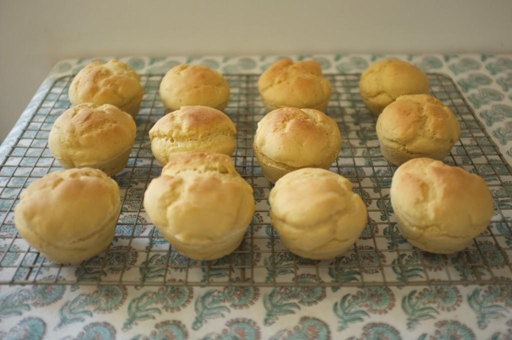 Les petits pains de tables sans gluten sont démoulés puis tiédissent sur une grille