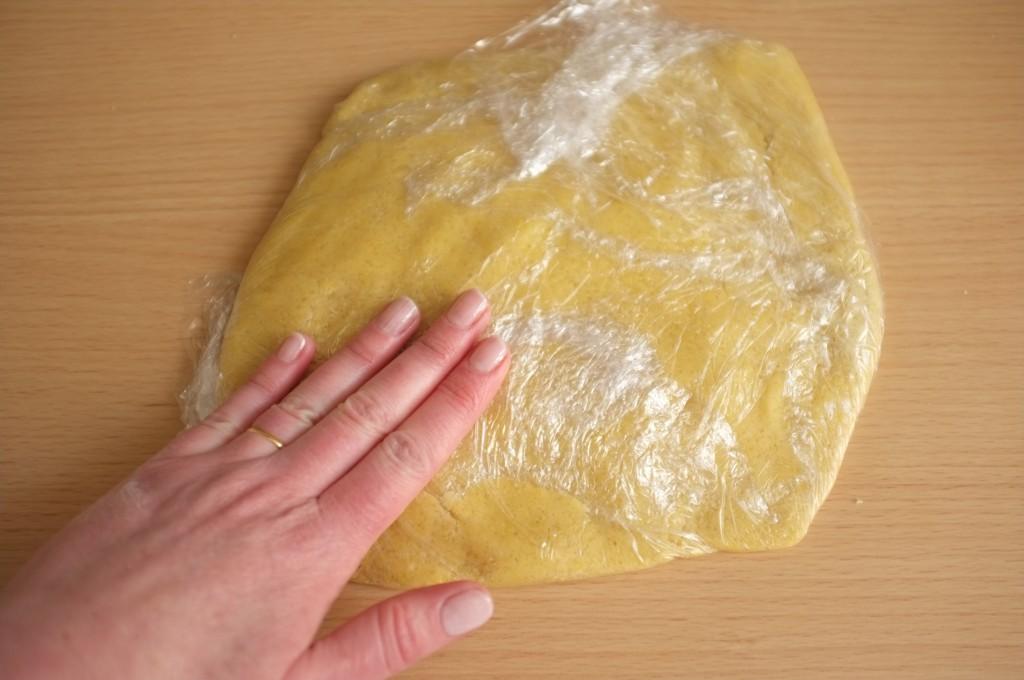 Je travaille la pâte sans gluten enrobée dans une feuille de film fraicheur et j'en fais un disque plat