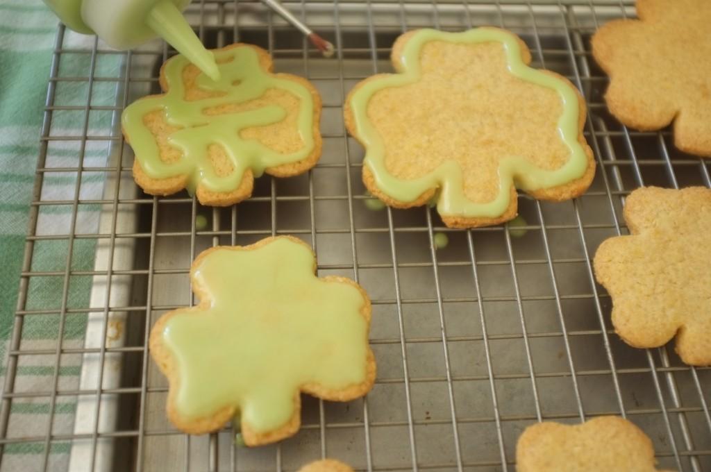 La décoration couleur verte des cookies sans gluten Saint Patrick