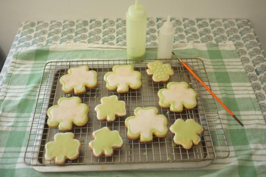 La première partie des cookies Saint Patrick sèchent