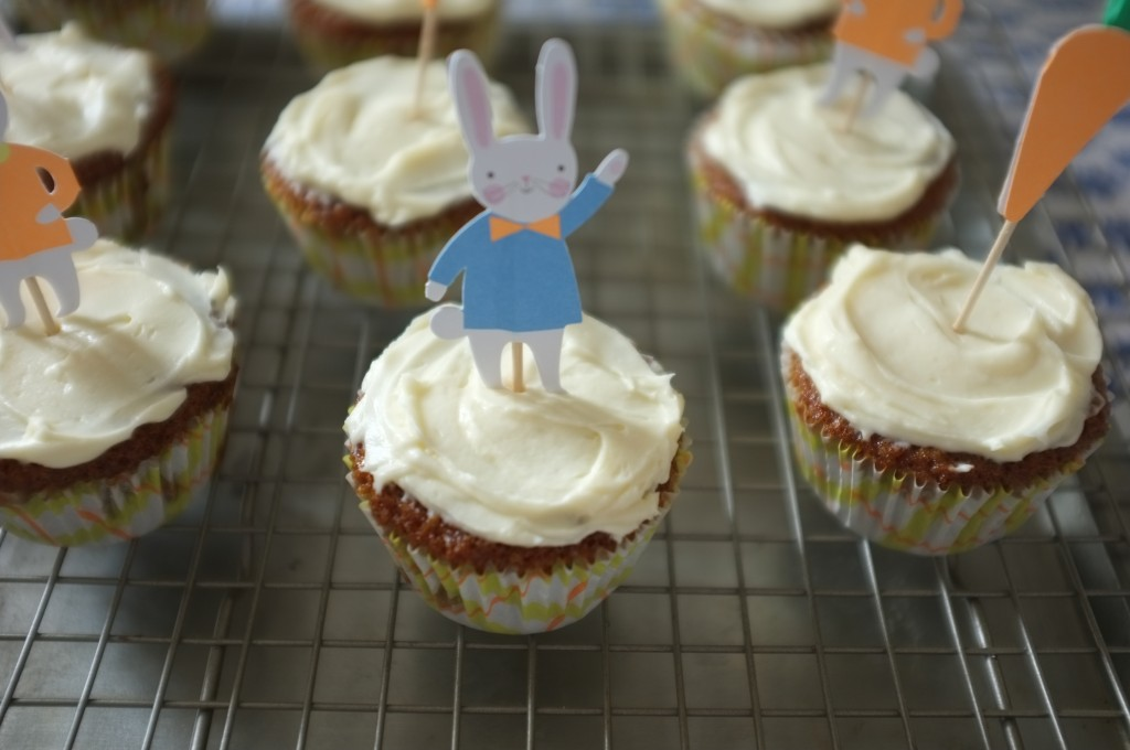 Un petit lapin de Pâques décore le glaçage du cupcake caroote sans gluten