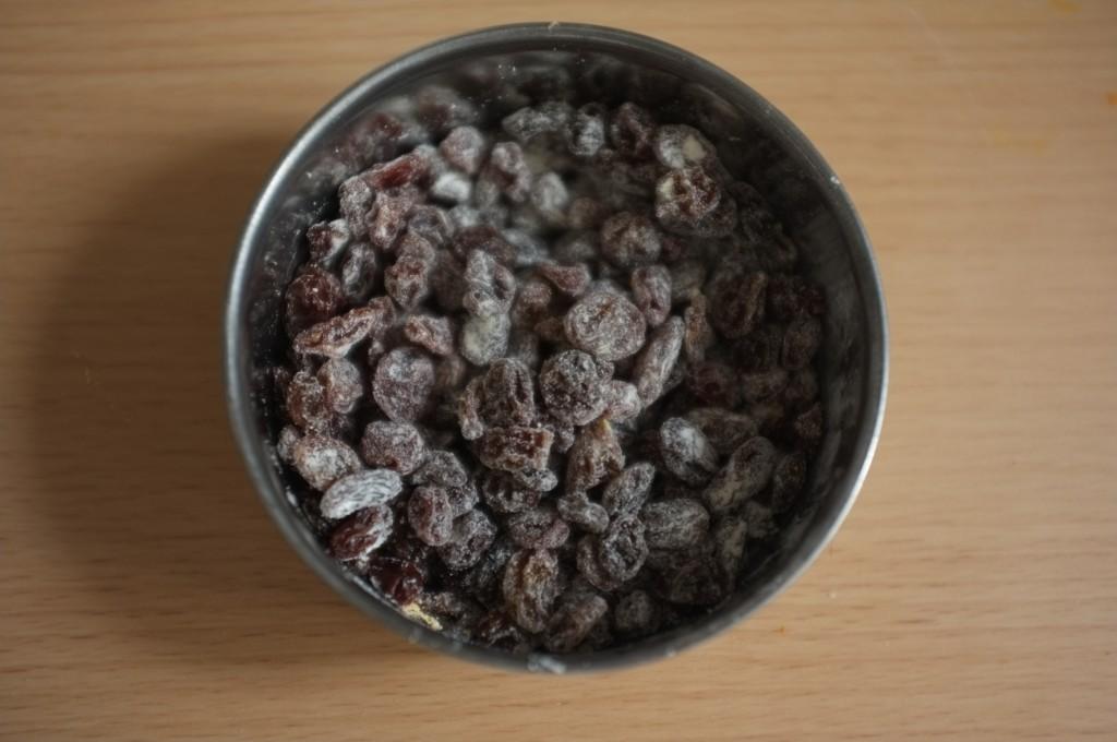 Les raisins secs sont saupoudrés d'une cuillère à café du mélange des ingrédients secs sans gluten.