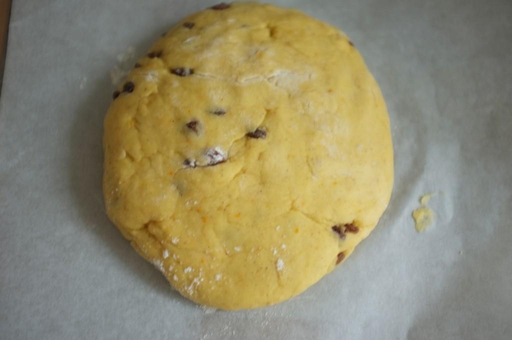La boule de pâte sans gluten légèrement farinée à la sortie du mixeur.