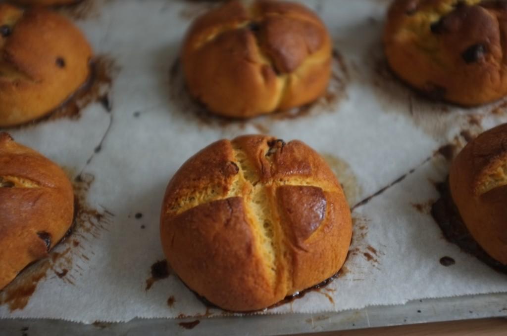 Les petits pains de Pâques sans gluten à la sortie du four.