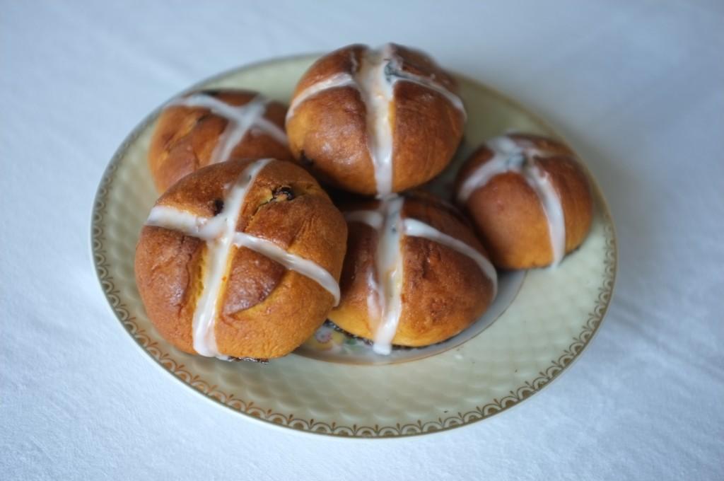 les petits pains de Pâques sur la table du déjeuner de Pâques.