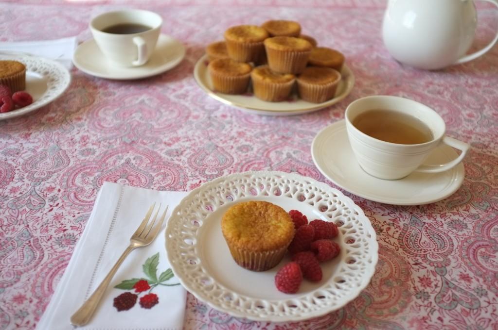 les muffins sans gluten amande framboise sur la table du petit déjeuner